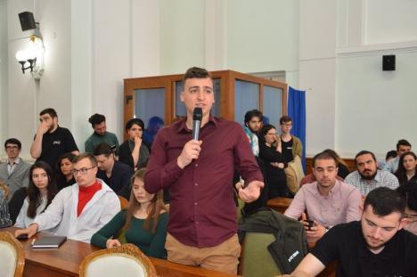 Ecaterina Andronescu, faţă în faţă cu tinerii la Oradea: O elevă i-a reproşat că vrea tichii de mărgăritar, în timp ce şcolile au toalete în curte (FOTO)