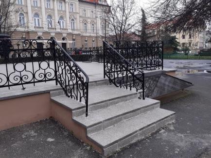 Muzeul Ţării Crişurilor respinge ideea că masa la care a scris poetul Ady Endre a fost restaurată greşit