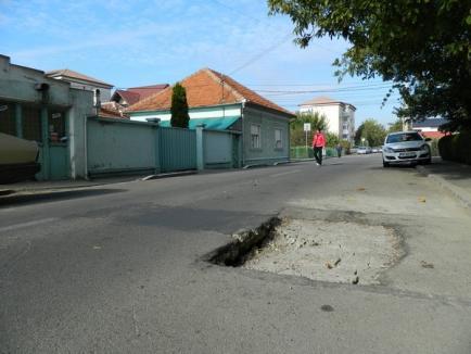Groapă-n mijlocul drumului, pe strada Cantacuzino (FOTO)