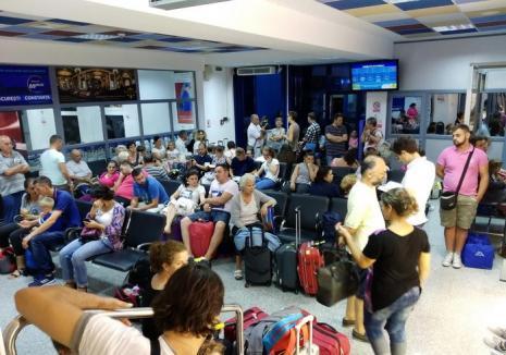 Cursa Ryanair Oradea - Milano, reprogramată din cauza furtunii. Peste 100 de persoane au așteptat în Aeroport, iar pasagerii din Italia au fost debarcaţi la Budapesta