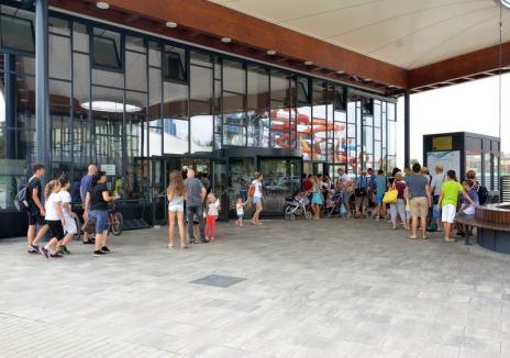 Înghesuială la aquaparkul din Oradea! Circa 100 de clienţi au rămas pe dinafară în prima zi a sezonului de scăldat