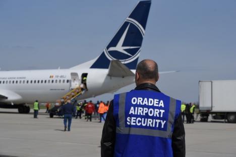 Două avioane Boeing aduc la Oradea 20 de tone de materiale sanitare pentru spitale, în lupta contra Covid-19(FOTO / VIDEO)