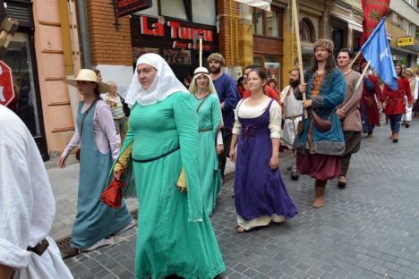 A început festivalul medieval! Luptători şi domniţe au traversat Oradea în bătaia tobelor pe drumul spre Cetate (FOTO)