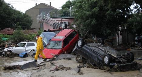 Cu banii plătiţi şi maşinile distruse: Românii sinistraţi în Bulgaria au plătit degeaba asigurarea de concediu