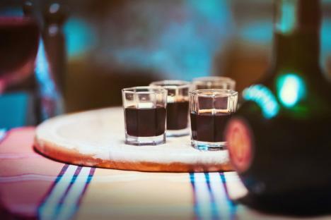 Ministerul Sănătății: Evitaţi consumul de alcool, mai ales în cantităţi mari, înainte şi după vaccinarea anti-Covid