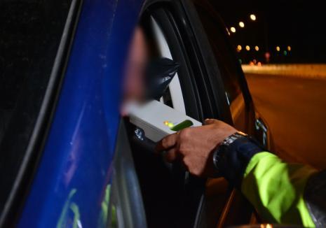 Băut, fără permis, la volanul unei maşini cu număr fals, a lovit o maşină parcată. Bărbatul a mai comis-o şi în trecut și a ajuns în Arestul Poliţiei