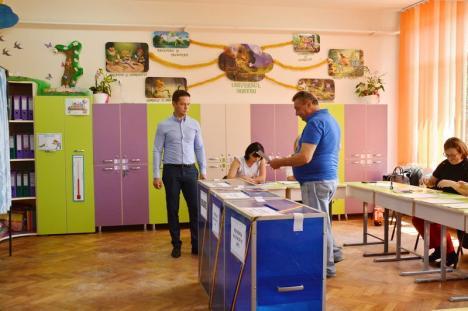 'Vă rugăm, reveniţi!' Cea mai aglomerată secţie din Bihor, cea din Băile Felix, a rămas fără buletine de vot. Localnicii şi turiştii sunt revoltaţi (FOTO / VIDEO)
