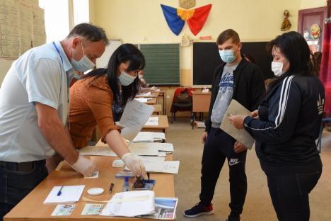 """Agitaţie în localităţile maghiare din nordul judeţului, unde candidaţii UDMR şi PPMT se supraveghează reciproc: 'Mi s-a transmis că mă aşteaptă bâta de baseball!"""" (FOTO)"""