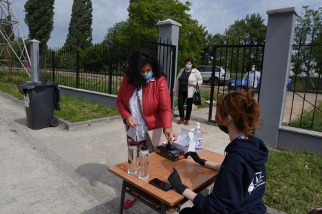 Alegeri la Universitatea Oradea, în condiţii speciale: Secţii de vot în aer liber, electorii stau la distanţă şi poartă măşti (FOTO / VIDEO)