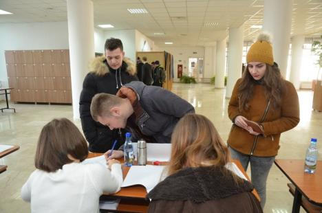 Mobilizaţi la vot: Universitarii orădeni stau la coadă ca să-şi aleagă senatorii (FOTO)