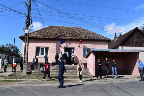 Tensiuni în Sârbi, comuna unde aproape un sfert din electori sunt flotanţi: Acuzaţii de mită şi alegători căraţi la vot cu maşini de lux (FOTO / VIDEO)
