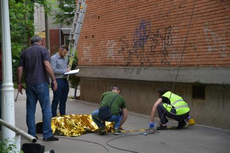 Tragedie în Oradea: Un alpinist utilitar a murit după ce a căzut de la etajul 10. Demonta un banner publicitar (FOTO/VIDEO)