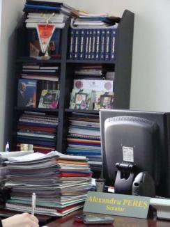Băsescu are altar în biroul unui senator PDL