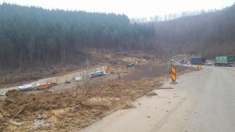 Alunecări de teren masive pe DN 76, între Criştiorul de Jos şi Vârfuri! Şoseaua a fost închisă, iar traficul este deviat (FOTO)