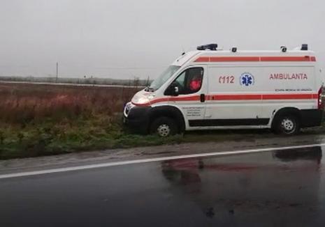 O ambulanţă în misiune a ajuns în şanţ pe DN 79 (VIDEO)