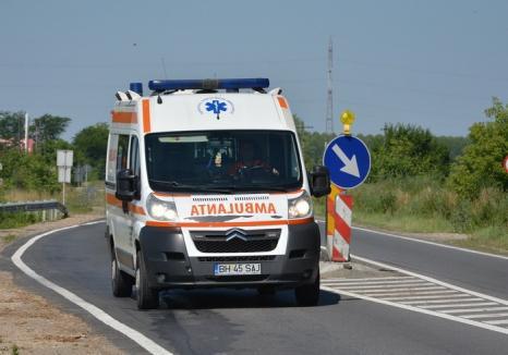 Mașină a Ambulanţei, atacată cu o macetă în Ineu: agresorul a fost imobilizat