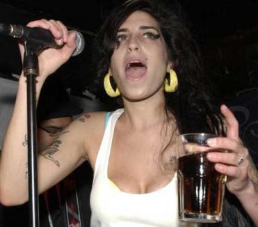 Piruetă eşuată pentru Amy: A căzut pe scenă (VIDEO)