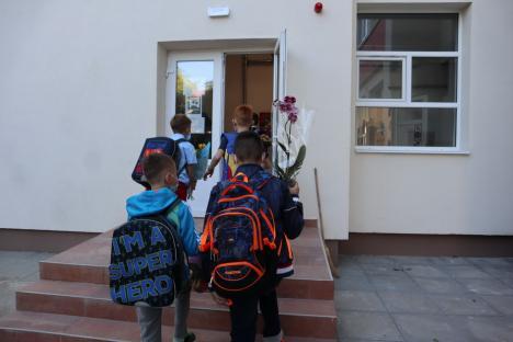 Al doilea an școlar în pandemie: În Oradea, școala a început cu multe flori și zâmbete sub măști (FOTO / VIDEO)