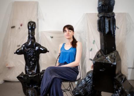 Din Salonta, la New York: O bihoreancă a ajuns una dintre cele mai cunoscute şi apreciate sculptoriţe de peste ocean (FOTO / VIDEO)