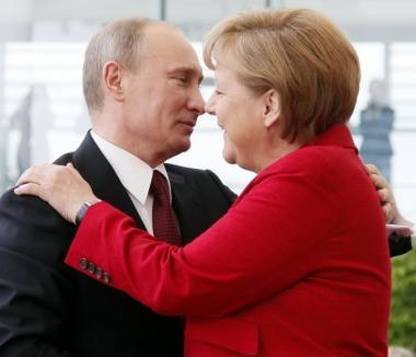 Merkel şi Putin negociază în secret un plan de pace în Ucraina: Crimeea contra gaze!