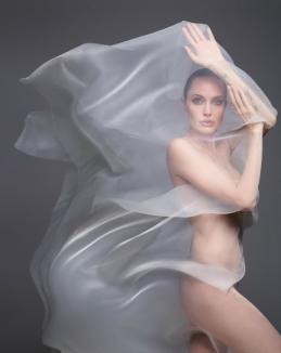 La 44 de ani, Angelina Jolie a pozat nud pentru Harper's Bazaar (FOTO)