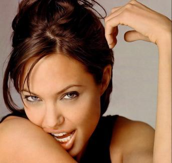 Cum arăta Angelina în copilărie? (VIDEO)