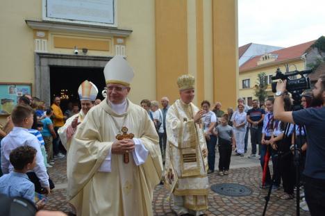 Nunţiul Apostolic la Oradea. Sute de orădeni au participat duminică la aniversarea a 25 de ani de când Virgil Bercea e episcop (FOTO / VIDEO)