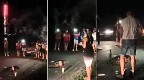 """Party ieșit din comun: O groapă apărută în urmă cu un an în Cluj a fost """"sărbătorită"""" cu flori, artificii și tort (VIDEO)"""