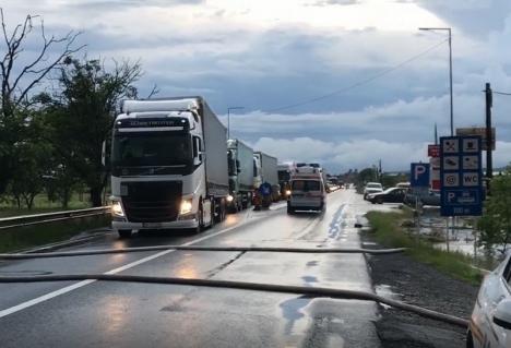 Traficul pe E60, blocat în Bihor din cauza inundaţiilor. 40 de apeluri la 112 din zona Aleşd(FOTO / VIDEO)