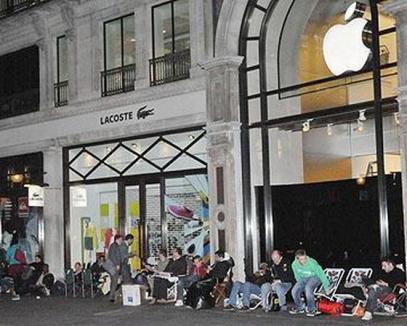 Mai bine iPad decât Mona Lisa: la Luvru lumea merge pentru Apple