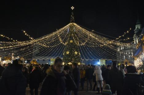 Iluminatul de sărbători a fost pornit, a început Târgul de Crăciun în Oradea. Vezi cum arată! (FOTO / VIDEO)