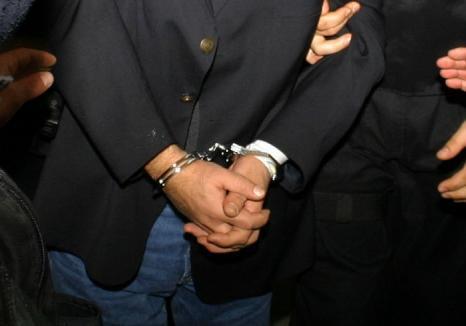 Iubire cu năbădăi: Un orădean a fost arestat, după ce și-a legat fosta iubită cu scotch şi a bătut-o ca să nu-l mai părăsească
