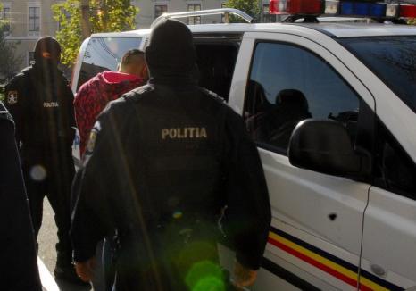Tâlhărie în grup: Trei tineri au atacat o orădeancă în plină stradă