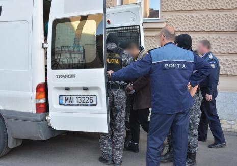 Doi bărbaţi au fost treziţi cu bâtele de tâlharii care le-au intrat în casă, în Oradea: agresorii au fost arestaţi preventiv