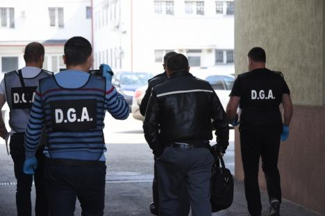 Şpagă în pandemie: Doi polițiști de frontieră din Bihor au fost ridicaţi de DGA direct din ghereta din vama Borș! (FOTO / VIDEO)