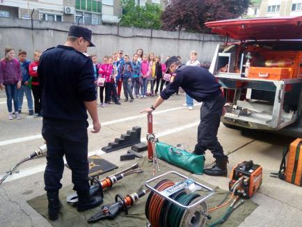 De ziua lor, pompierii din Detaşamentul 2 Oradea îşi deschid porţile