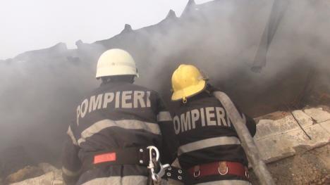 Casă distrusă de flăcări, în satul Ciocaia