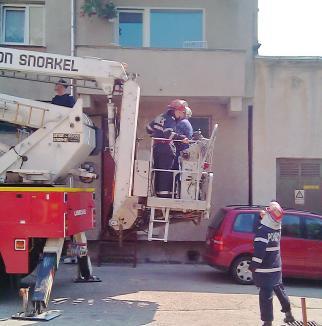 Pompierii au salvat o fetiţă de 3 ani blocată într-un apartament din Oradea