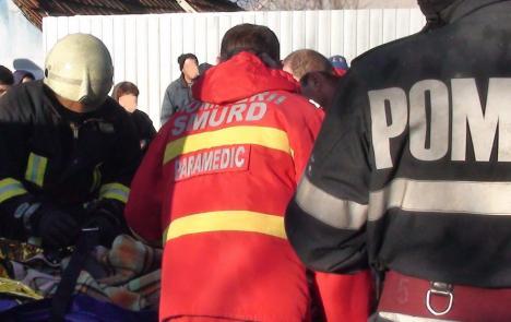 Un bărbat din Bihor a ajuns la spital, cu arsuri grave pe jumătate din corp, după ce a adormit cu ţigara în mână