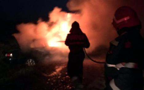Maşină în flăcări, în Marghita, salvată de la distrugere de un pompier aflat în timpul liber