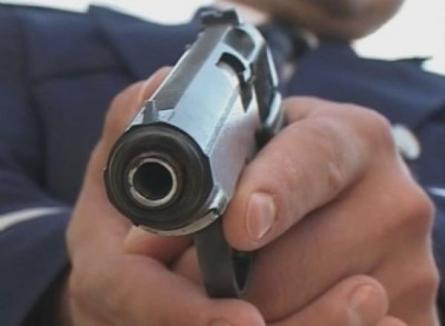 Un tânăr a fost împuşcat mortal de poliţişti, după ce i-a dat unui agent cu o bâtă în cap (VIDEO)