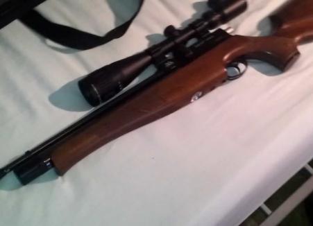 Percheziţii în Bihor: o armă cu aer comprimat şi 210 proiectile au fost ridicate