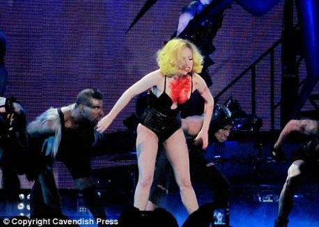Lady Gaga, mâncată de un canibal pe scenă