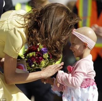 Kate Middleton, pe urmele lui Lady Di: A îmbrăţişat o fetiţă bolnavă de cancer
