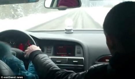 Cel mai rău tată din lume: Şi-a pus fiica de 8 ani să conducă cu 100 km/h (VIDEO)