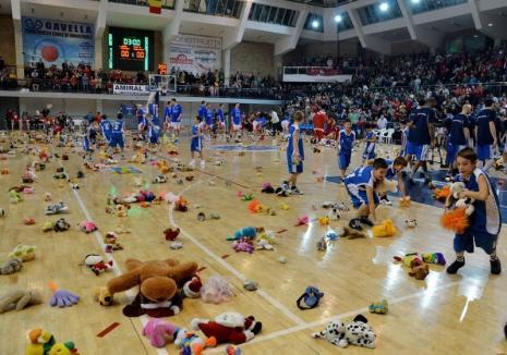 Hai cu jucării de pluş! Baschetbaliştii de la CSM CSU Oradea susţin ultimul joc de pe teren propriu din acest an