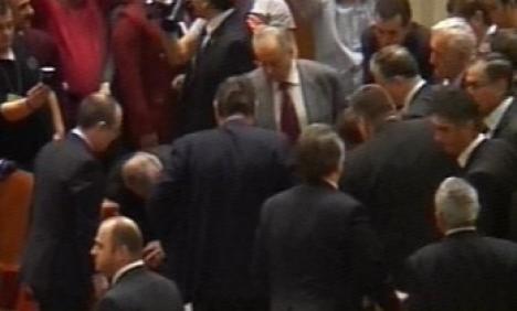 Un bărbat s-a aruncat de la balcon în Parlament! (VIDEO)