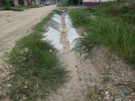 Firma lui Dorel Ungur îşi bate joc de asfaltarea străzilor dintr-un sat bihorean, începută cu trei ani în urmă şi prelungită cu încă doi ani