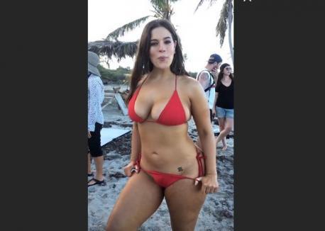 Cum arată cel mai sexy model plus-size în costume de baie 'hot' (FOTO)