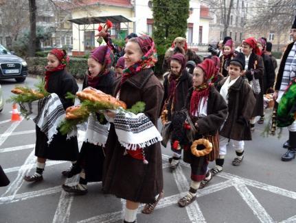 Asta-i datina străveche! Colindători din toată ţara au venit să le ureze orădenilor 'Crăciun fericit!' (FOTO/VIDEO)